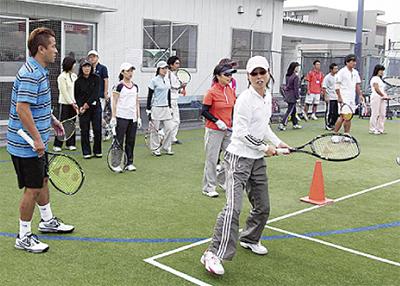 二俣川に新規開校  仲間と楽しくテニス