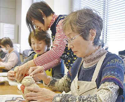 干支の木目込み人形作る
