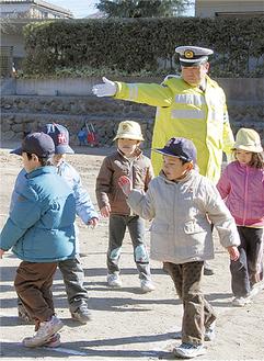 「歩道は一列でね」という指導のもとに歩く園児たち