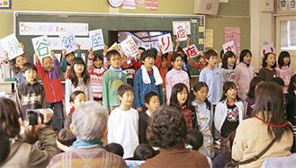 銀座通りについて発表する児童たち
