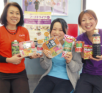 食料品を手に寄付を呼びかけるスタッフ