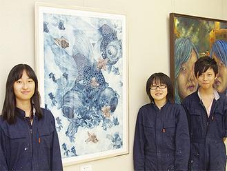 全国大会に出展する高橋さん(左)、須山さん(中央)、澤村君(右)。左の作品は高橋さんのもの