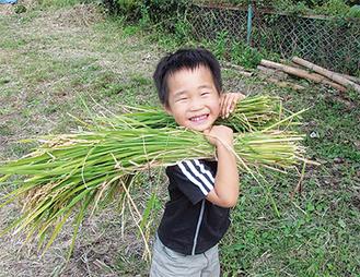 金賞の原口さんの作品「嬉しい」。投票では「笑顔がいい」、「男の子の嬉しそうな姿に魅かれた」などの声が寄せられた