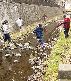 相沢川の清掃を行う児童たち