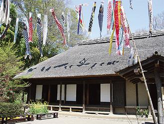地域住民の憩いの場、長屋門公園(阿久和東1の17)。公園内は常に季節の花や緑にあふれている(第2・第4水曜日休園)