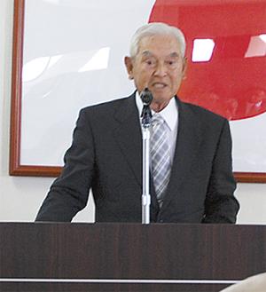 あいさつに立つ横山会長