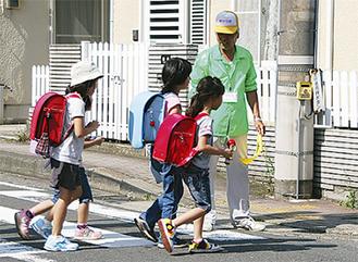 下校中の児童を見守る