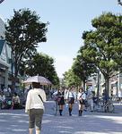 瀬谷駅北口広場。夕方は駅利用者や買い物客でいっぱいになる