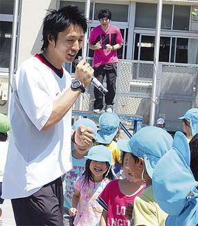 子どもたちと気さくにふれあう米田さん