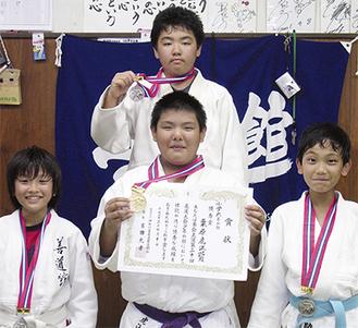 受賞した(下段左から)司代君、栗原君、三村君、(上段)泉君