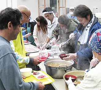 刺身とアラ汁の炊き出しに、「生魚が食べられて嬉しい」との声も。自立支援を目的に調理は避難所にいる人が担当、それらを配膳するゆいっこ横浜瀬谷支部のメンバーたち