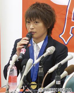 所属チームでの会見で、「準決勝の試合終了時にピッチに立てたことは貴重な経験」とW杯の感想を話す上尾野辺さん