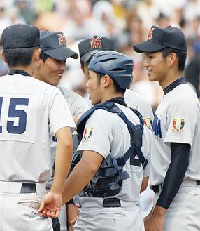 決勝で仲間に声をかける田原君(右)