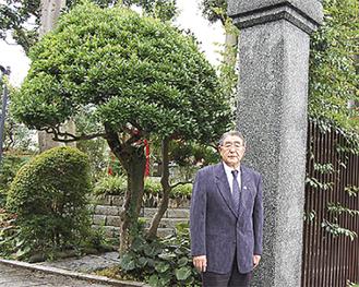 現存の門の前で川口製糸経営者だった祖父、父の思い出を話す川口恭正氏
