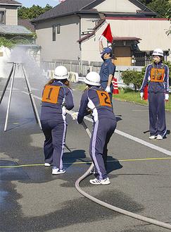 きびきびとした動きで消火栓を操る睦荘自衛消防隊