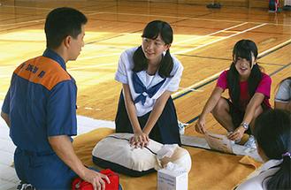 消防職員に確認しながら実習を行う生徒たち