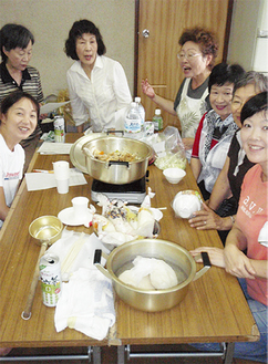 地域でコミュニケーションを図りながら非常時のレシピ作りをする参加者