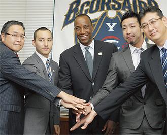 (左から)廣田代表、勝久マイケルAC、ゲーリー監督、蒲谷主将、小川GM
