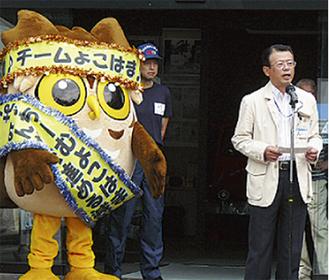 あいさつをする鈴木洋消防局長とせやまる