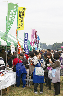 昨年も名物フードやイベントを楽しむ人たちで賑わった