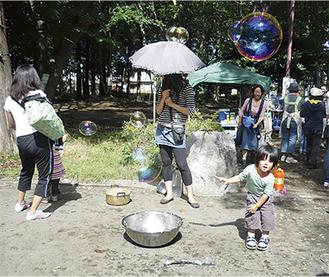 子どもたちはたくさんの遊び道具に夢中
