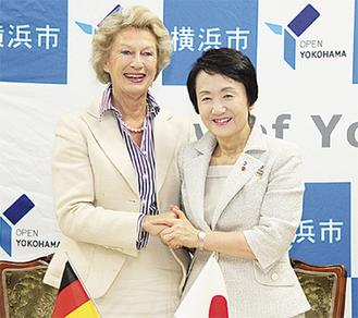 調印式を行った両市長(写真/横浜市提供)