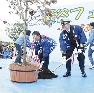植樹する山田副市長(左)とガードナー司令官
