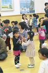 親子や友達と楽しくリズム体操を行う参加者たち