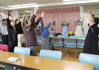 曲に合わせて元気に踊る参加者。室内ははつらつとした活気にあふれていた