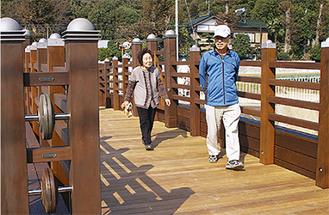 新しい橋に笑顔がこぼれる