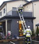 ▼2階に取り残された人を消防隊員が救助する(オリーブ)