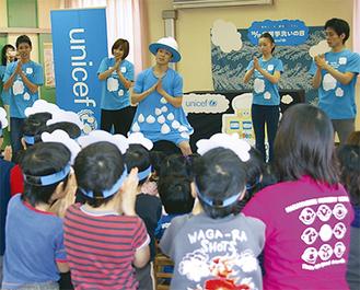 手洗いダンスを披露する森山さん(中央)。2009年にできたこのダンスは、現在世界6カ国で踊られており動画サイトYoutubeなどを通して広がっている
