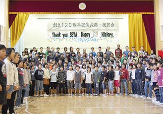 全校生徒約700人が集合し、輪になって大合唱。元気な歌声が体育館いっぱいに響き渡っていた