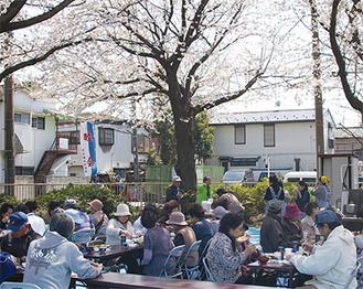 穏やかな気候の中、食事や桜を楽しんでいた