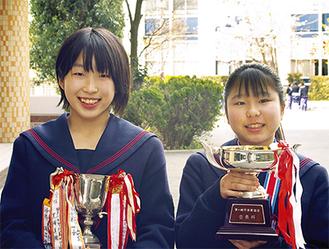優勝カップを持つ石井さん(左)と水川さん