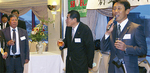 横浜隼人高校硬式野球部の水谷哲也監督(右)が験を担ぎ「完勝」の掛け声で乾杯