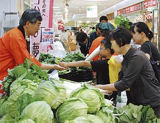 採れたて野菜や新鮮な食品がノントレーでバラ売りされた