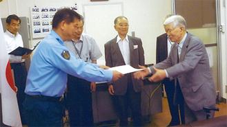 にこやかに感謝状を受け取る菊地さん(右)