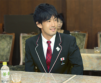 市役所を訪れた多川さん