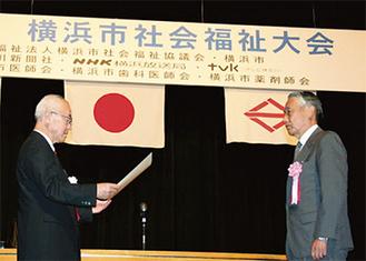 表彰を受ける相沢地区社会福祉協議会相澤孝志会長(右)
