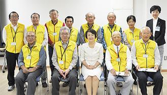 林市長を囲んで笑顔のメンバー