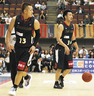 チームを支える蒲谷主将(右)と山田選手=5月10日・横浜文化体育館
