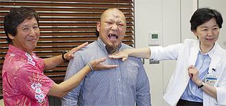 沼澤選手(中央)にチョップする会長(左)と区長