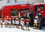 消防車の運転席に乗り込む園児たち