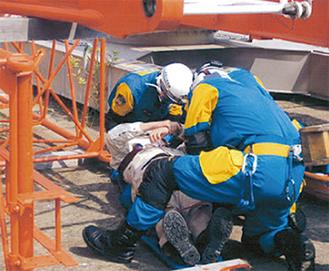 下敷きになった被災者を救助