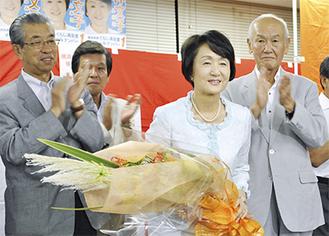 花束を手に謝意を述べる林氏