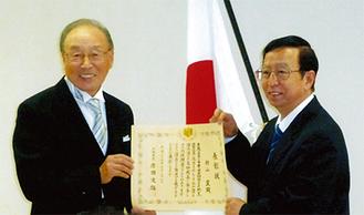 大連で表彰される籾山さん(左)〈写真提供:籾山さん〉