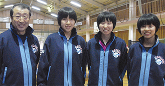 県代表ジャージを着る(左から)小林コーチ、永尾さん、美濃口さん、秋田さん