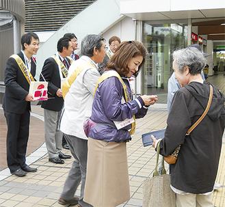 三ツ境駅前で街頭活動を行う横浜瀬谷ロータリークラブの会員たち(10月4日撮影)