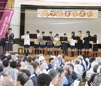 中学生の演奏に耳を傾ける参加者ら